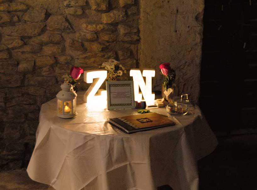 Mesa de firmas por la noche