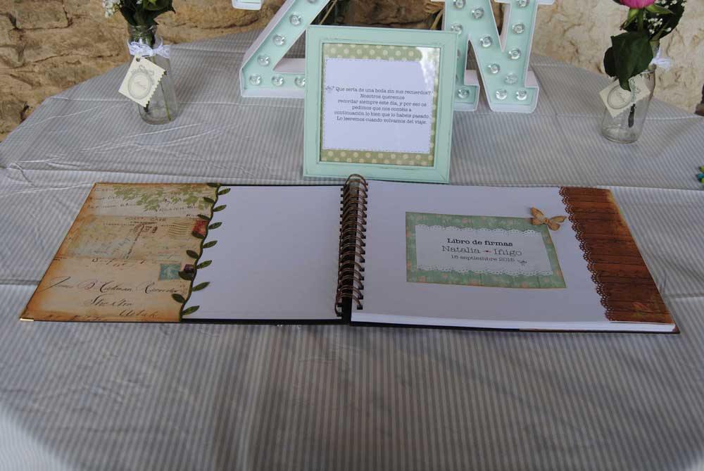 Mesa y libro de firmas